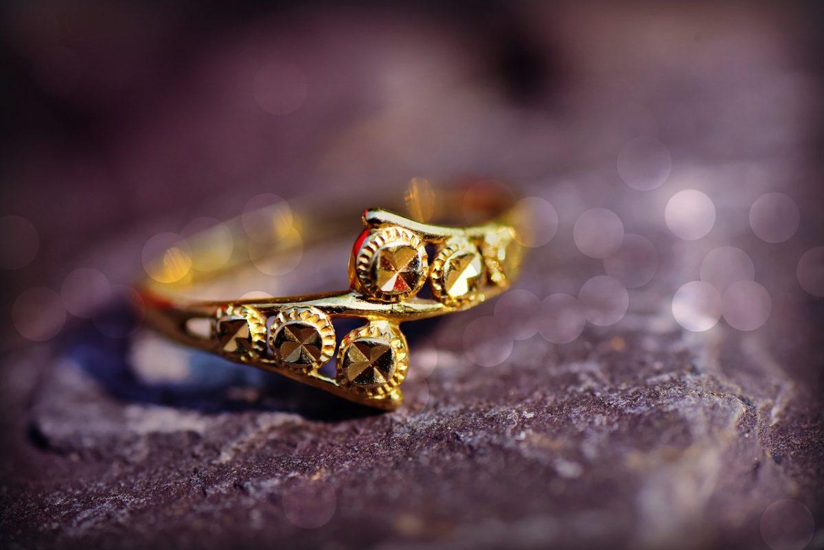 Dlaczego warto nosić złotą biżuterię?